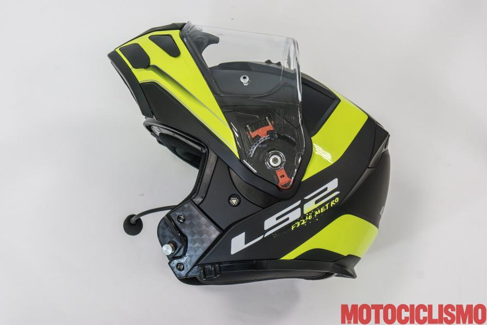 Interfono Linkin Ride Pal II + LS2 Metro FF324: con i tre tasti presenti sul cinturino del casco si comanda tutto, ma risultano orientati verso destra, quindi in movimento, si fa un po' fatica a raggiungerli con la mano sinistra
