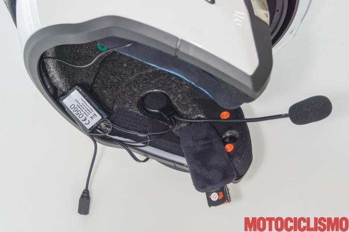 Interfono moto Sharktooth + Shark Evo One 2: non è facile far passare il cavo sotto al collare inferiore dell'imbottitura. Microfono ad astina flessibile, senza uno scasso nel guanciale