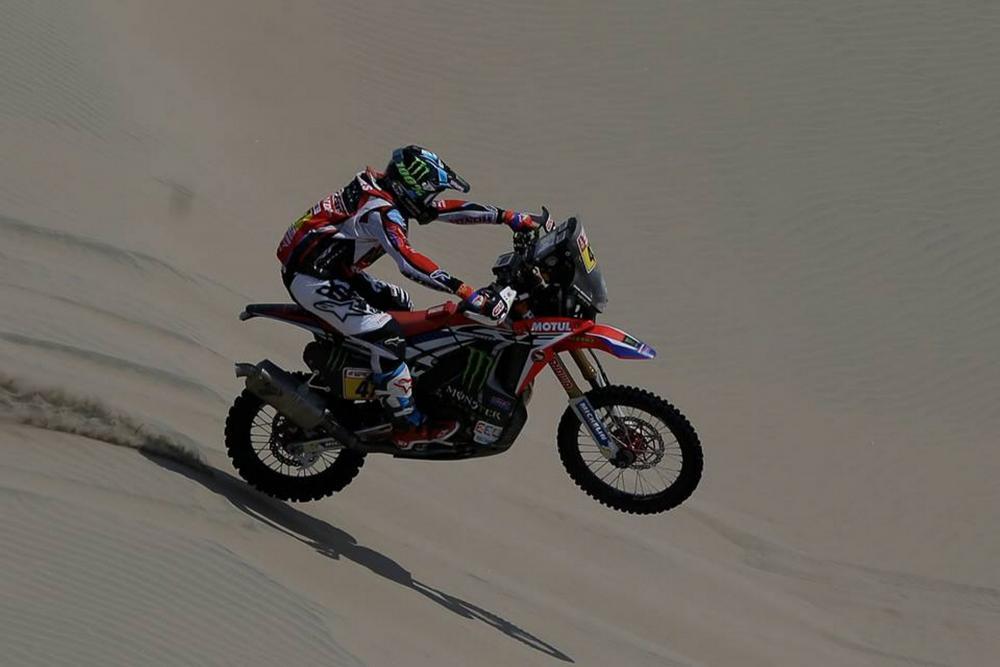 Kevin Benavides in sella alla sua Honda nella sesta tappa della Dakar 2018