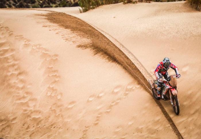 Kevin Benavides in sella alla sua Honda nella settima tappa della Dakar 2018