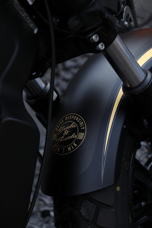 Sulla Indian Jack Daniel's Limited Edition Scout Bobber le decorazioni sono realizzate con una vernice a base oro
