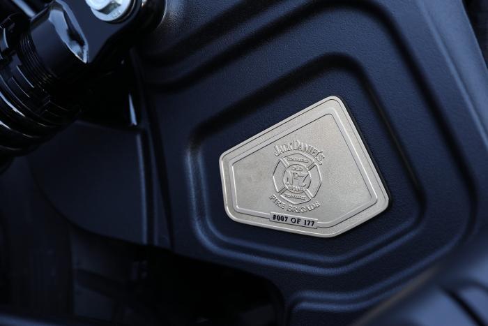 Sulla Indian Jack Daniel's Limited Edition Scout Bobber è presente una targhetta in oro a 24 carati che riporta il numero di serie della moto