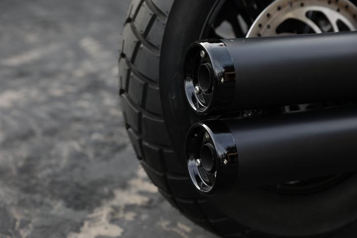 Le bocche dei terminali della Indian Jack Daniel's Limited Edition Scout Bobber sono in nero lucido