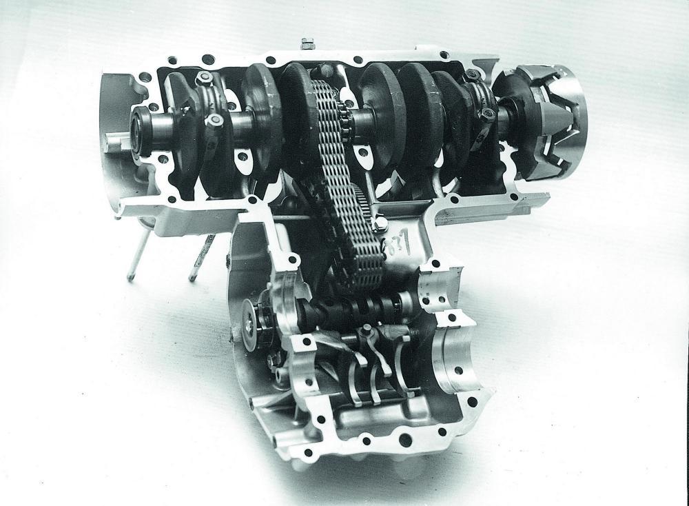 La parte superiore del basamento motore con in sede l'imbiellaggio, la catena Morse della primaria (novità di questo modello, introdotta anche per ridurre la rumorosità meccanica), il desmodronico del cambio e le forchette.