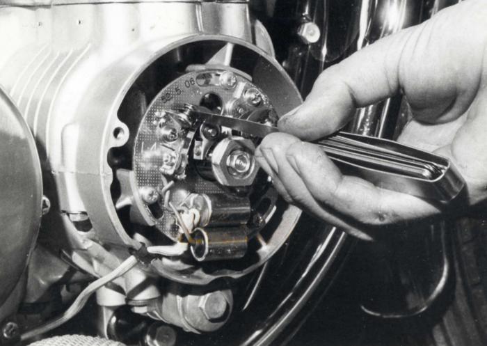 Tramite un registro a vite il tenditore assume la curvatura ideale per dare alla catena la giusta tensione