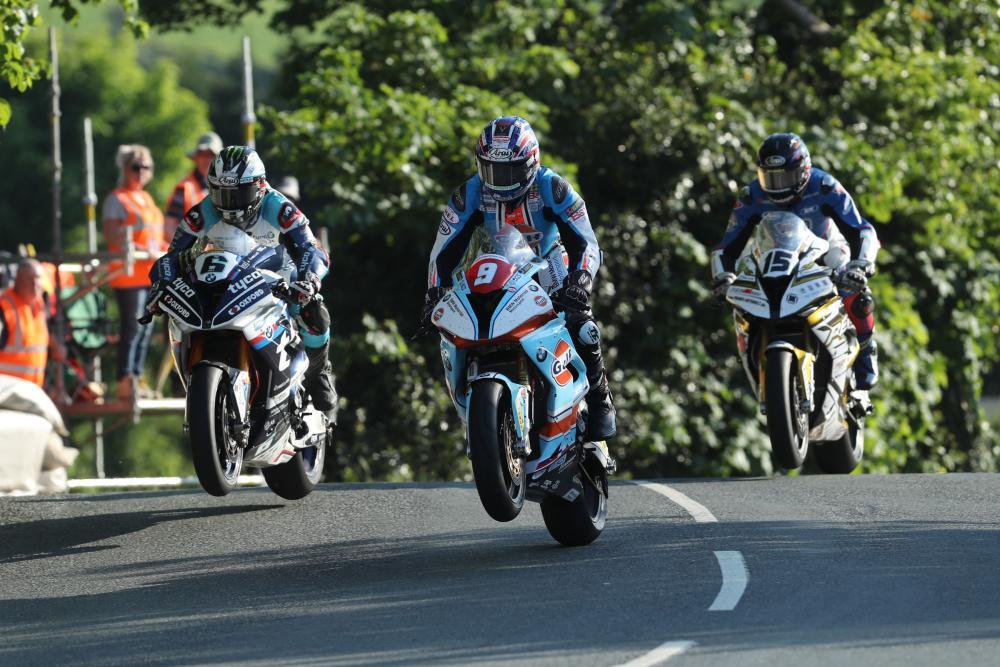 Tre piloti in salto durante la Superbike