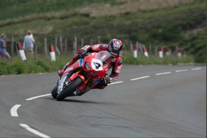 Nonostante il recupero solo parziale dall'infortunio dello scorso anno Hutchinson ha partecipato a tutte le gare del TT
