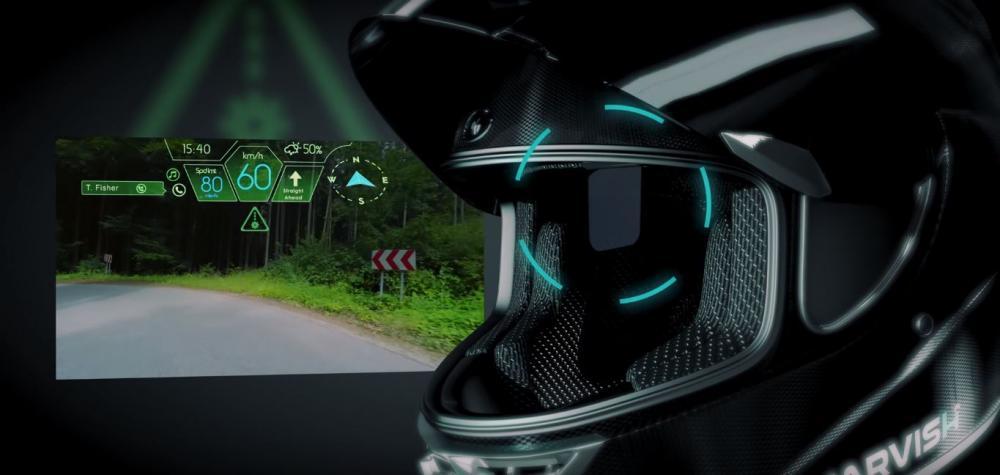 L'Head-up display posto all'interno del casco fornisce al pilota tutte le informazioni di viaggio, incluse quelle sul traffico e quelle sul meteo, le notifiche del proprio smartphone e le indicazioni sulla musica ascoltata
