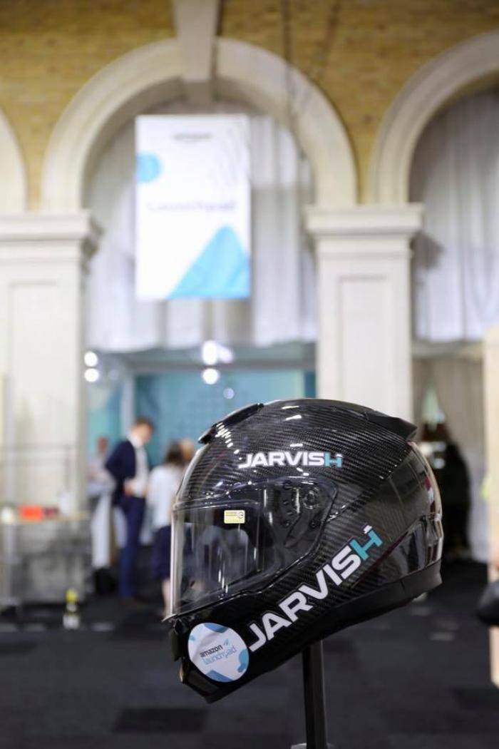 Jarvish X-AR è un casco in carbonio con videocamera 360°, head up display e assistente vocale