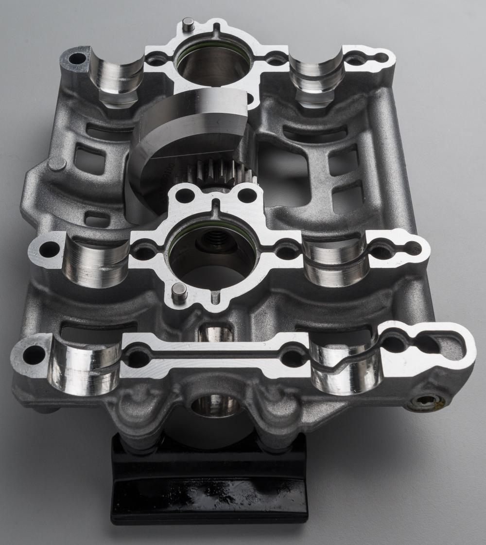 Il carter è tagliato secondo un piano orizzontale: è la prima volta che si vede in un motore KTM.