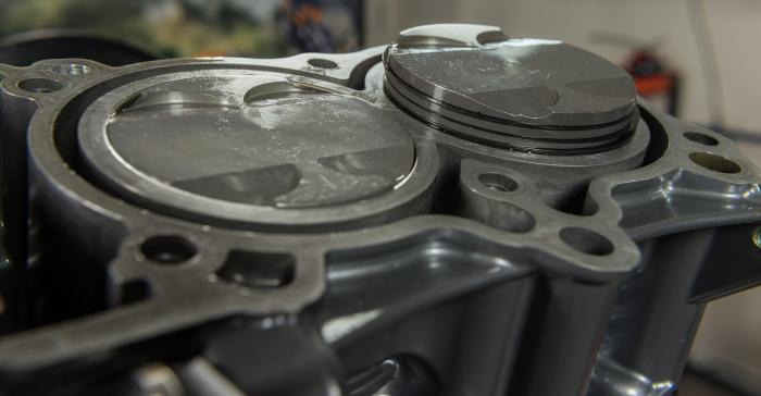 I pistoni leggermente sfasati all'interno delle rispettive canne dei cilindri: la sequenza di accensione sfalsata di 75° è scelta sia per caratterizzarne il sound, sia per migliorare l'erogazione e, quindi, la trazione della ruota posteriore