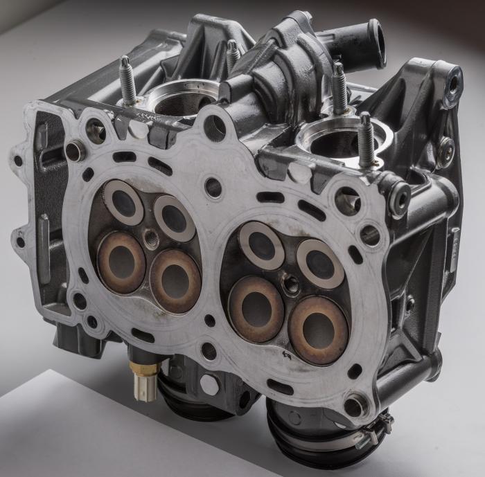 La testata ha quattro valvole per cilindro. Quelle di aspirazione misurano 36 mm, quelle di scarico invece sono da 29 mm