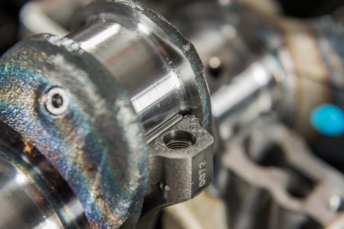 Le teste di biella sono aperte per frattura, tecnica che consente un univoco e perfetto accoppiamento delle superfici.