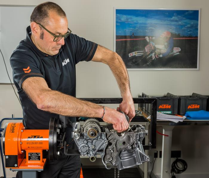 Arnaldo Nicoli, Responsabile Customer Service di KTM Italia, che ci ha seguiti durante tutte le fasi di smontaggio del motore: privo di corpi farfallati e centralina, il compatto bicilindrico arriva a pesare solo 50 kg.