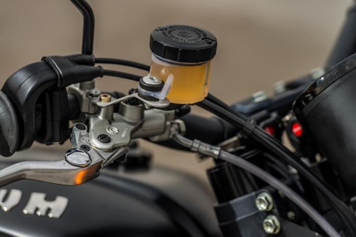 La leva del freno anteriore (con pompa Brembo) è regolabile; non così, invece, quella della frizione
