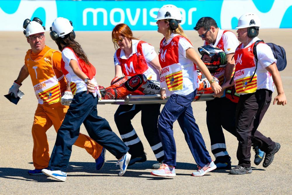 Jorge Lorenzo dopo la caduta nel primo giro del GP di Aragon viene trasportato via in barella