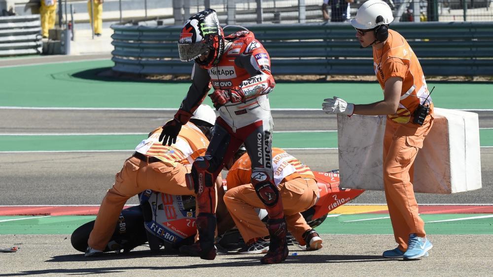 Jorge Lorenzo dopo la caduta al primo giro della gara ad Aragon