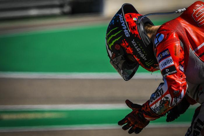 Jorge Lorenzo a terra dopo la caduta nel primo giro del GP di Aragon