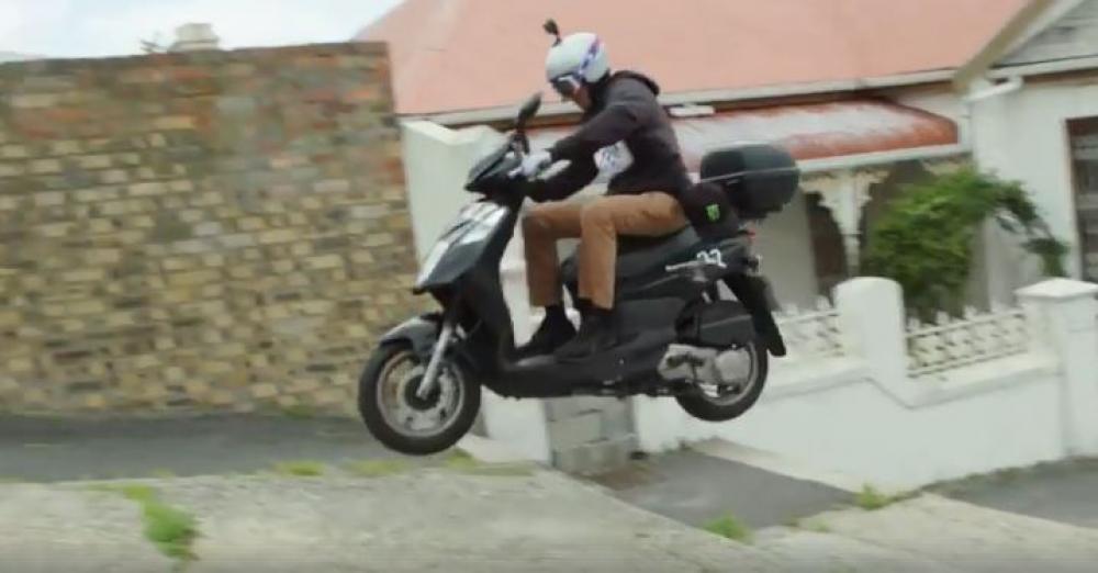 """I tre stuntman Travis Pastrana, Steve Mini e Blake """"Bilko"""" Williams hanno deciso di improvvisare una """"gara"""" per le strade di Cape Town in sella… a tre scooter presi a noleggio"""