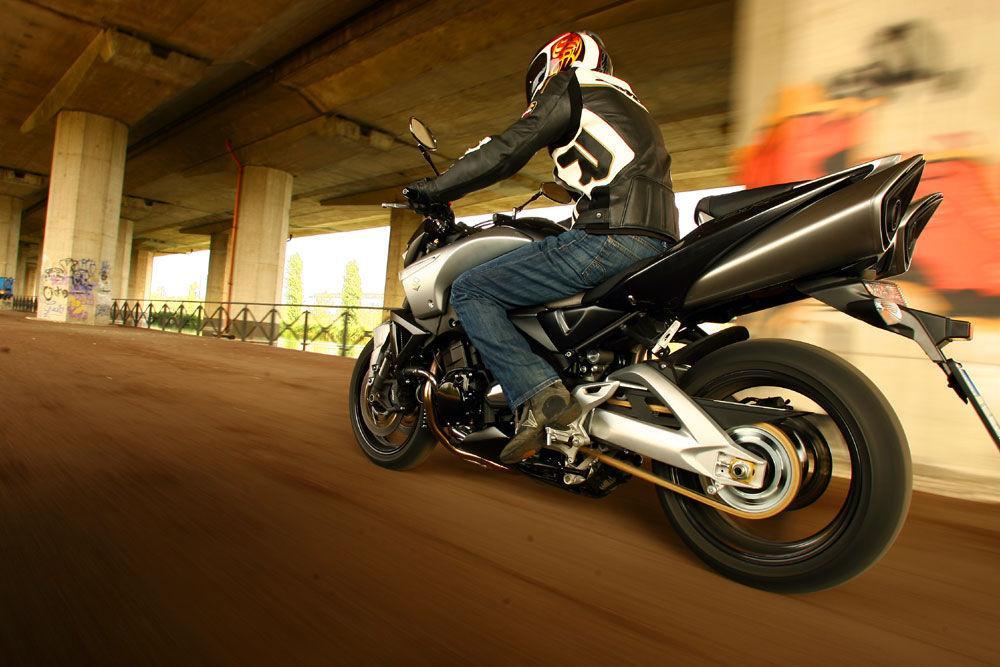 BMW K 1200 R vs Suzuki GSX 1300 B-King - Motociclismo