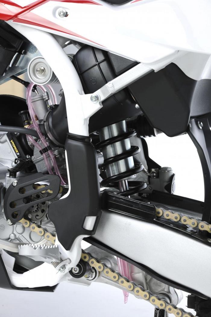 Husqvarna ha aggiornato la cross CR125 con modifiche di dettaglio che sono state fatte soprattutto al telaio. Rivisto il motore che ha il cestello della frizione delle TC/TE250 e un nuovo scarico.