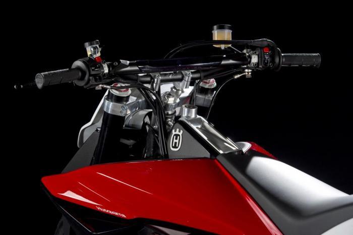 Husqvarna presenta al Salone di Milano una concept tre cilindri a V.