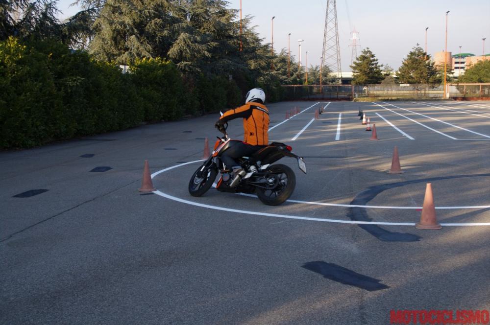 Gennaio 2013: un nostro tester sta provando in anteprima, alla Motorizzazione di Milano, il nuovo percorso d'esame appena entrato in vigore. Nella foto, la prova di equilibrio