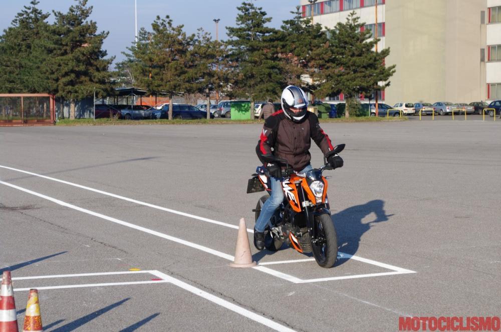 Gennaio 2013: un nostro tester sta provando in anteprima, alla Motorizzazione di Milano, il nuovo percorso d'esame appena entrato in vigore. Nella foto, la prova di frenata