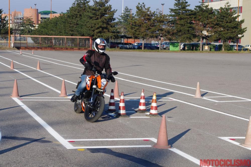 Un nostro tester sta provandoo, lla Motorizzazione di Milano, il percorso d'esame. Nella foto, la prova di superamento ostacolo