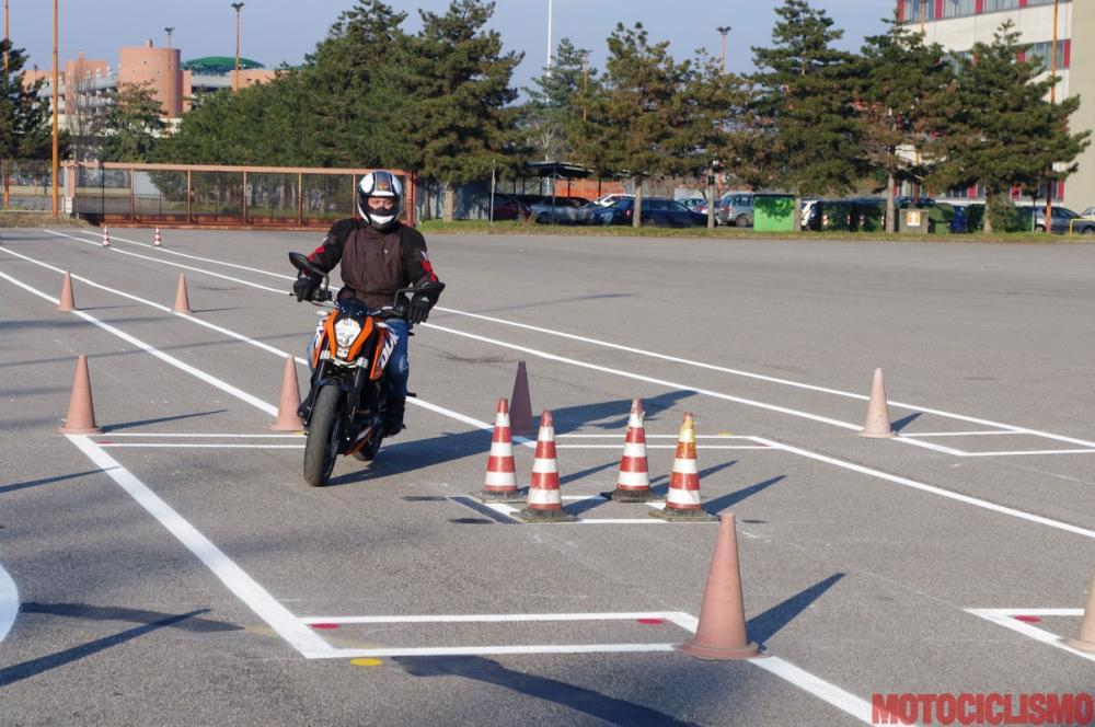 Gennaio 2013: un nostro tester sta provando in anteprima, alla Motorizzazione di Milano, il nuovo percorso d'esame appena entrato in vigore. Nella foto, la prova di superamento ostacolo