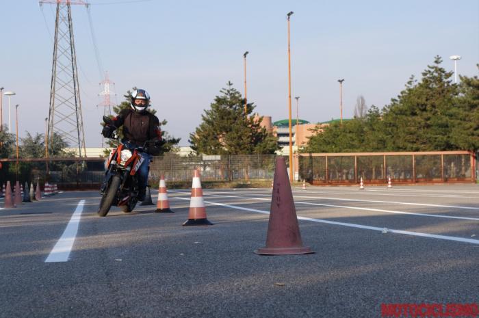 Gennaio 2013: un nostro tester sta provando in anteprima, alla Motorizzazione di Milano, il nuovo percorso d'esame appena entrato in vigore. Nella foto, la prova di slalom
