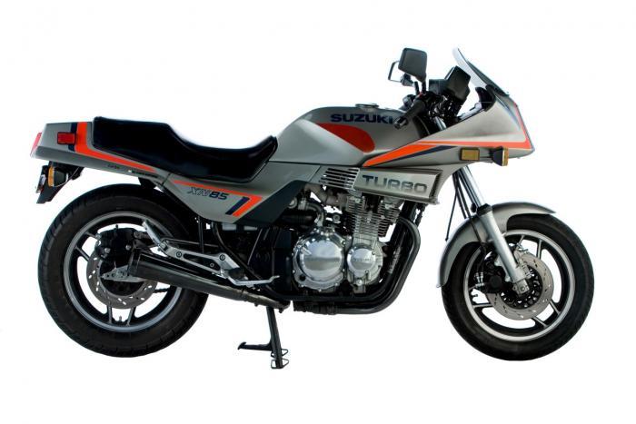"""La Suzuki presentò la sua prima XN85 Turbo nel 1983. Era una versione sovralimentata dalle GS650, una quattro cilindri in linea con distribuzione a doppio albero a camme e due valvole per cilindro (qui la foto). Esprimeva """"solo"""" 86 CV"""