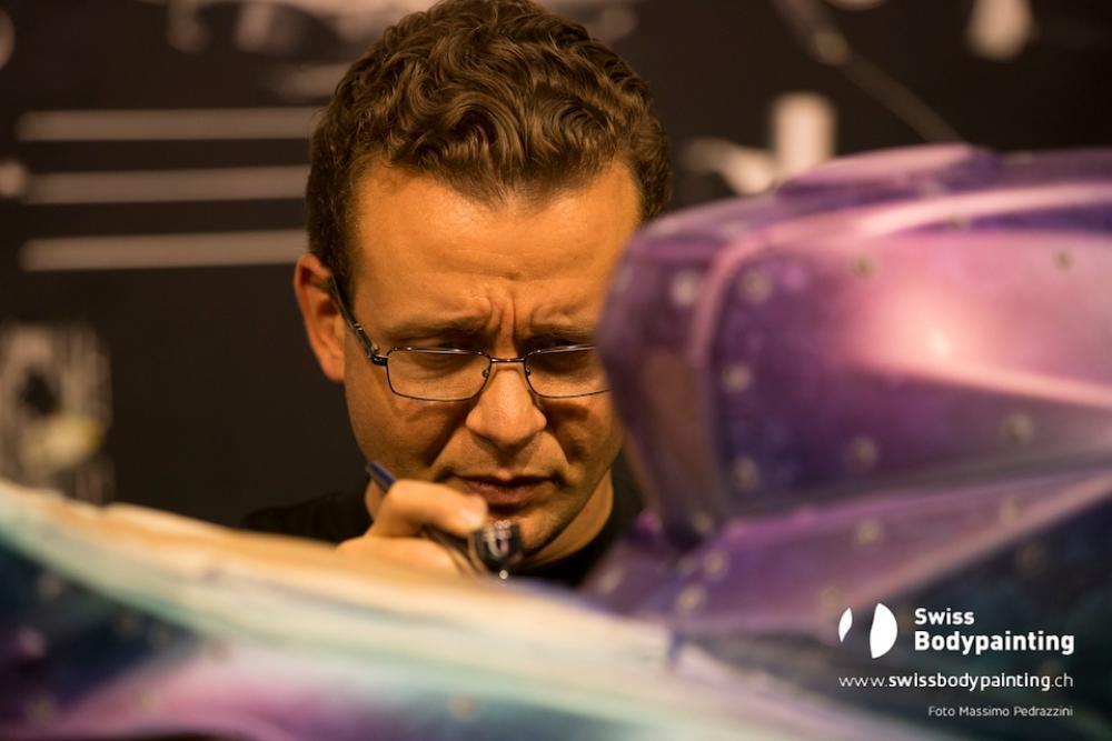 Flavio Bosco si mette all'opera e mostra le sue abilità di artista direttamente sulla Vyrus 986 M2 (foto di Massimo Pedrazzini)