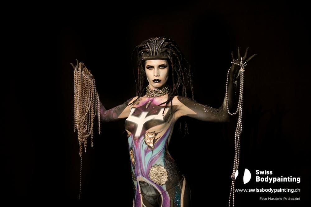La modella dipinta da Fiorella Scatena ed Elena Tagliapietra (foto di Massimo Pedrazzini)