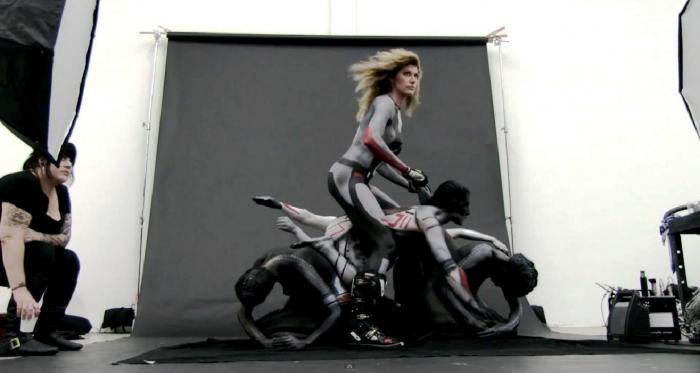 La moto da cross creata dai modelli e dalle modelle viene cavalcata per renderla ancora più vera
