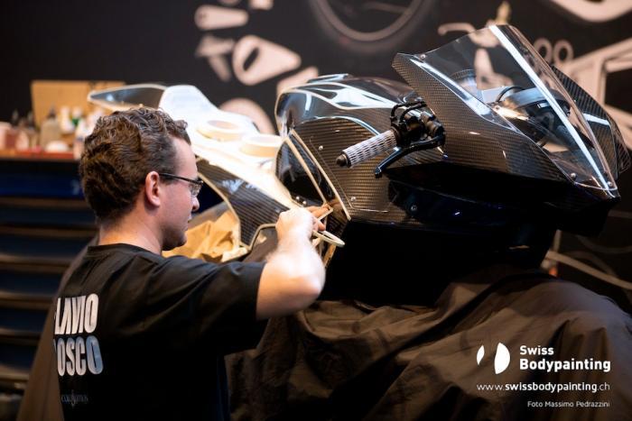 Flavio Bosco prepara la Vyrus 986 M2: gli ospiti della fiera hanno potuto assistere in diretta alla creazione delle opere d'arte esposte (foto di Massimo Pedrazzini)