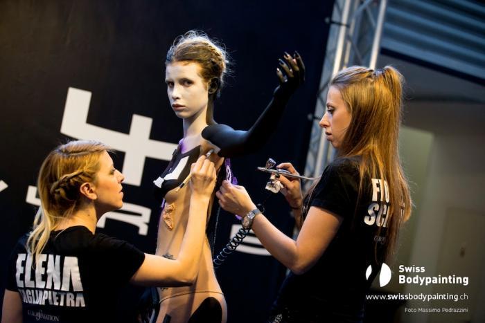 Fiorella Scatena ed Elena Tagliapietra preparano la modella che poserà con la Vyrus 986 M2 (foto di Massimo Pedrazzini)