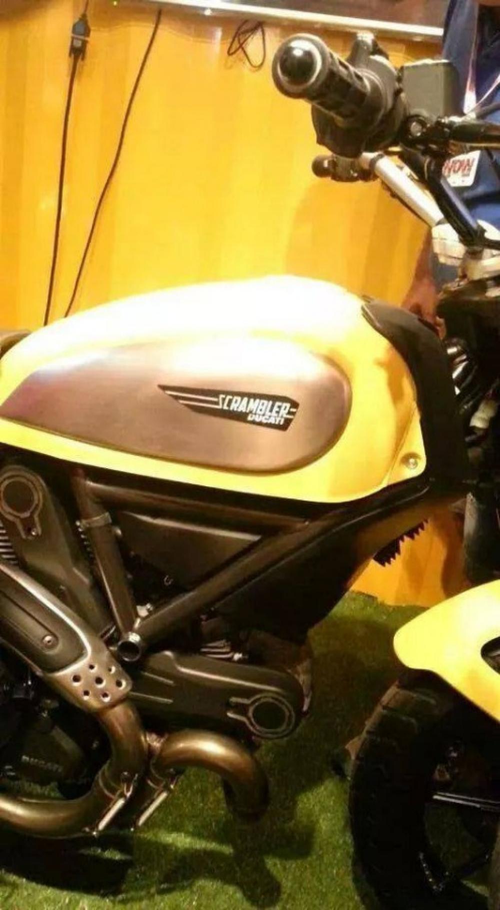 Ducati Scrambler in versione praticamente definitiva così come vista dentro il conteiner al WDW 2014. Foto trovata sul web, non si capisce come ci sia finita, dato che era vietatissimo fotografare e anche solo entrere con cellulari e fotocamere...