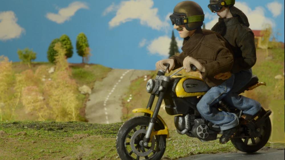 Elvira e franco Story: carino, il cartone, ma intanto ci svela le forme definitive della Ducati Scrambler 2015