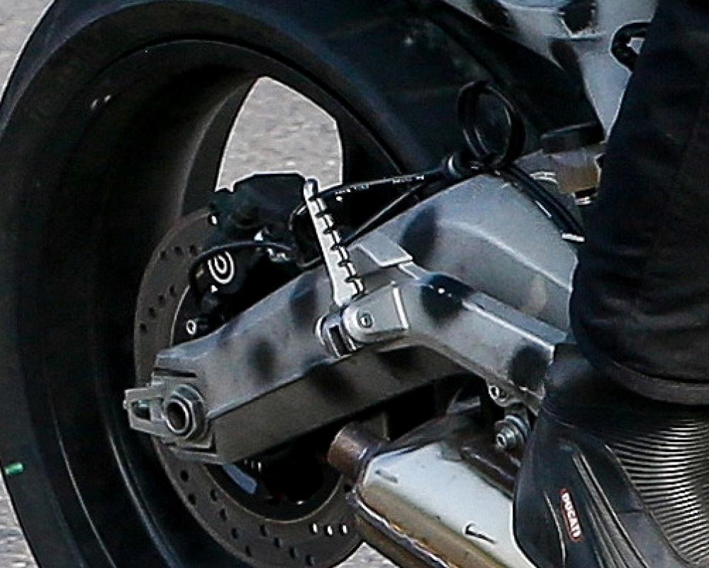 Scrambler Ducati: prototipo sorpreso durante i collaudi. Il forcellone bibraccio a banana
