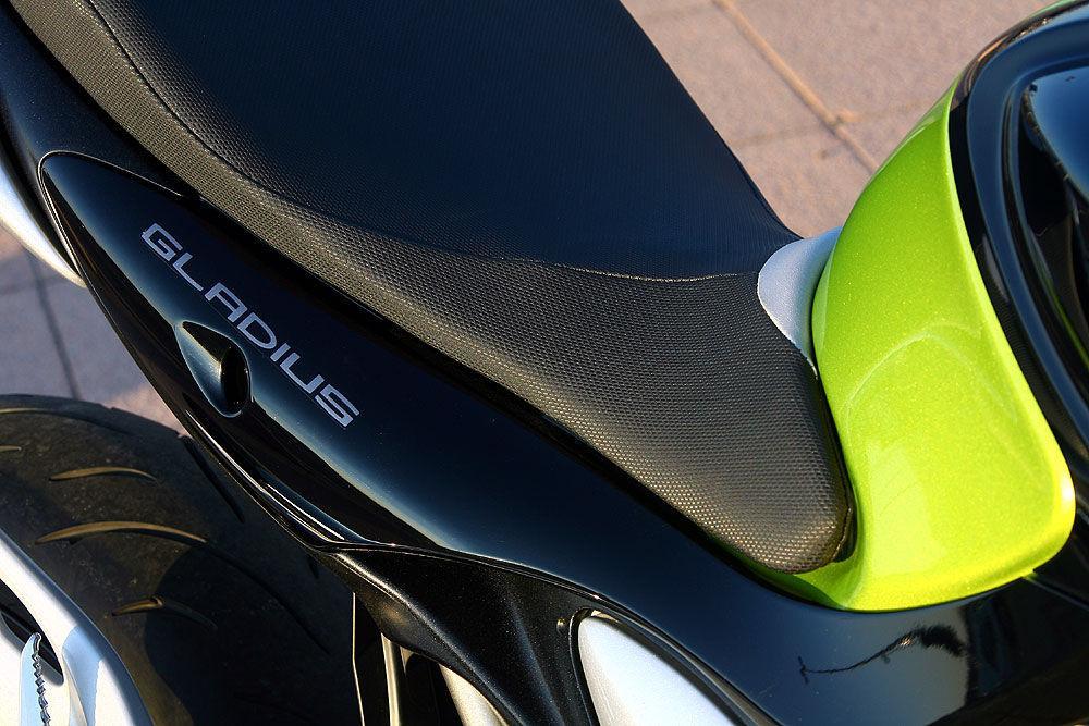 Abbiamo fatto il primo assaggio della nuova naked di Hamamatsu. Ci è piaciuta subito. Colpisce nel design più rotondeggiante rispetto a quello delle concorrenti giapponesi e molto giovanile. Piace anche nella facilità di guida che la rende una moto adatta anche ai neofiti: mai in difficoltà. La spinta del motore non ha pari fra le concorrenti tra 4.000 e 7.000 giri, ma soddisfa fino a 10.500 giri.